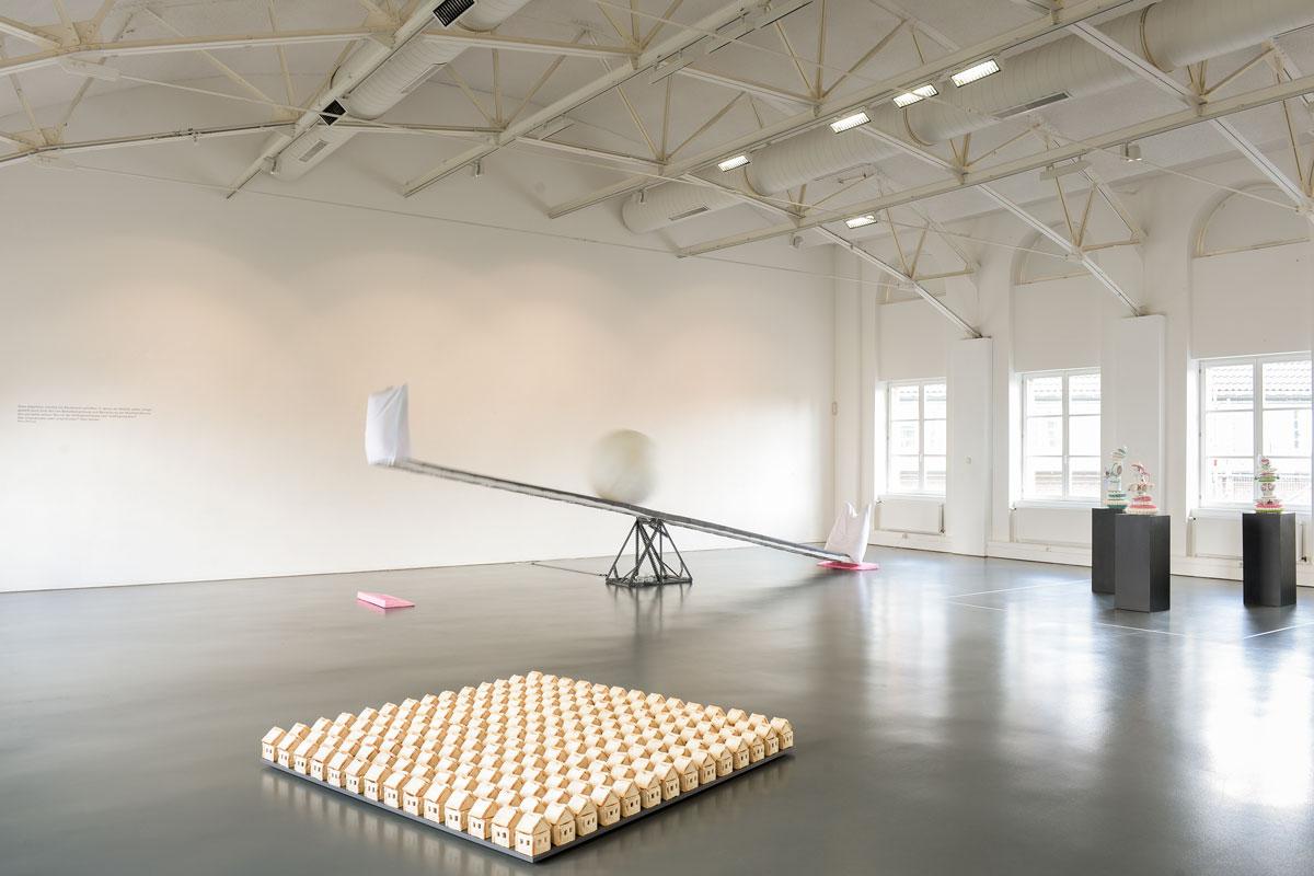 Ohne Titel VIII, 2016, Toastbrot, Stecknadeln, 200 X 200 X 16 Cm, Kunstmuseum Mülheim An Der Ruhr, Hintergrund: Inge Mahn, Anke Eilergerhardt