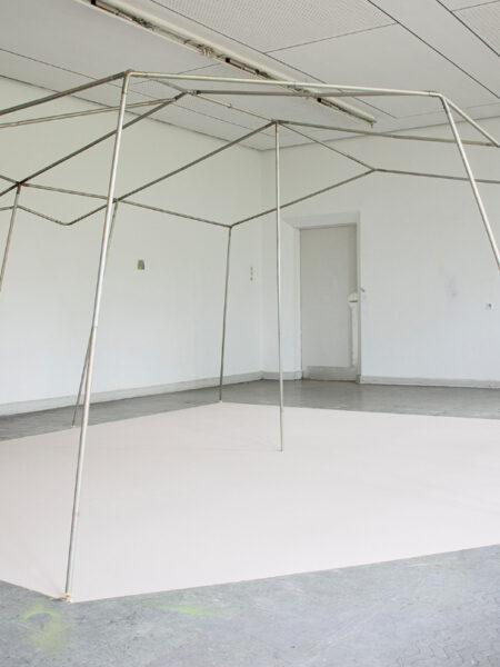 Basis, 2020, Zeltgerüst, Sand, 217 X 483 X 400 Cm